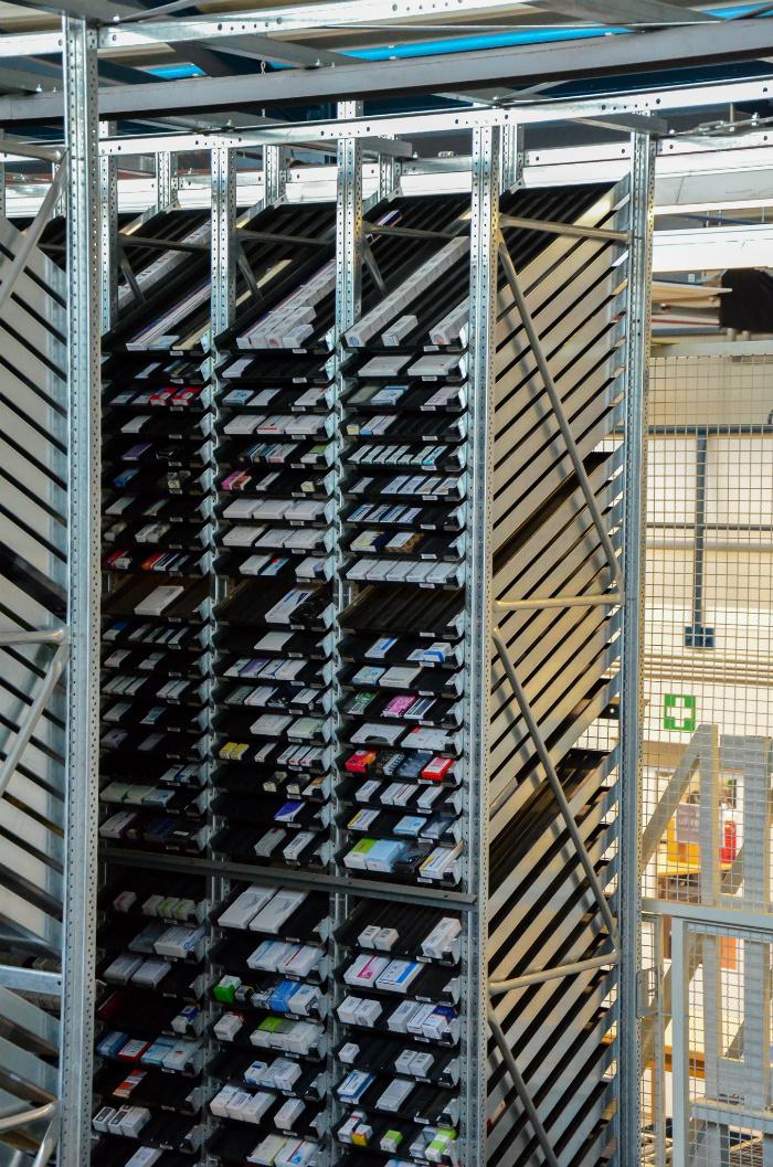 Medikamenten-Lagerplatz-mit-dem-KHT-Kommissionier-Roboter