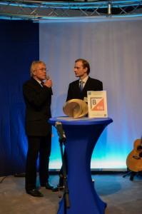 Professor-Frank-Thomas-überreicht-den-VDI-Studienpreis-auf-dem-Materialfluss-Kongress