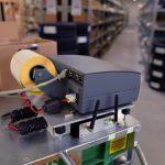 Mobiler geht es nicht: Der Minidrucker ist auf dem Kommissionierwagen fest installiert.
