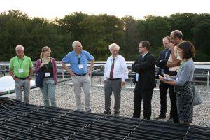 Passivhaus-Besucher auf dem Dach des TUP-Campus