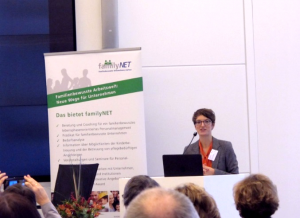 """Professor Dr. Johanna Possinger bei ihrem Impulsvortrag """"Von neuen Vätern und Supermüttern"""" im Rahmen der FamilyNet-Prädikatsverleihung in Stuttgart."""