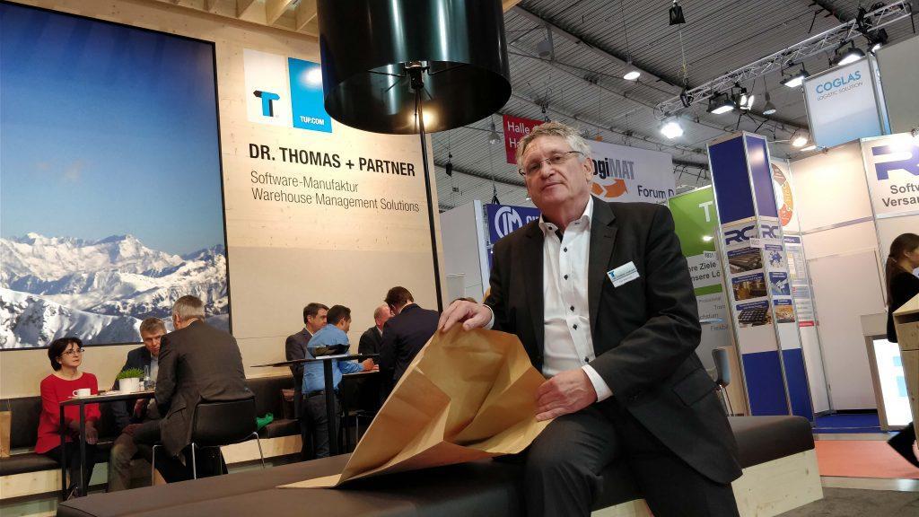 Mitglied der Geschäftsleitung, Dr. Thomas + Partner, Karl Warmulla, stellt auf der LogiMAT in Stuttgart die Kraftpapier-Tüte der Presse vor.