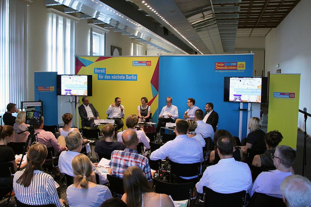 Über 50 Interessierte und Journalisten trafen sich bei der FDP-Veranstaltung in Berlin. TUP stellte seine Routen-Software RULS vor.