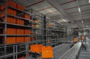 Bei Zalando in Lahr werden sämtliche Wannen über ein Shuttlelager gesammelt und an die Packerei übergeben.