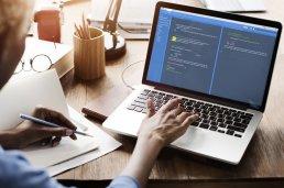 Logistik Softwareentwicklung, Software-Code auf einem Notebook