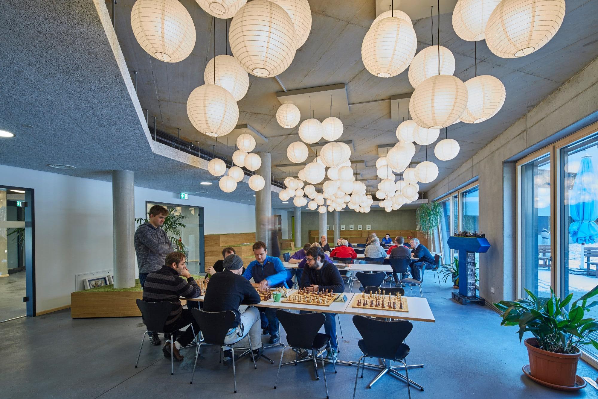 Schachspielende TUP-Mitarberiter in der Caféteria